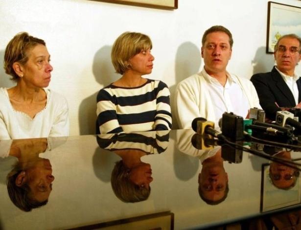 16.ago.2012 - Em julho de 2002, João Francisco, Bruno José, Maria Clélia e Maria Elizabeth Daniel, irmãos de Celso Daniel, durante entrevista em São Paulo (SP), pedem que as investigações sobre o assassinato sejam retomadas