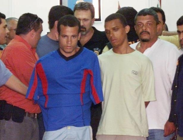 16.ago.2012 - Itamar Messias dos Santos, um dos acusados de participar do sequestro do prefeito de Santo André (SP), chega preso à Polícia Federal em São Paulo (SP)