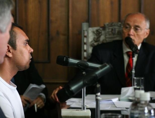 """16.ago.2012 - Ivan Rodrigues da Silva, conhecido como o """"Monstro"""", durante depoimento no Departamento de Homicídios de São Paulo (SP), ao lado do senador Eduardo Suplicy (PT-SP), que chegou a ir até o local onde Celso Daniel foi encontrado em busca de pistas"""