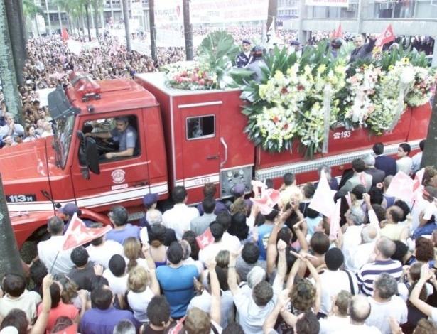 16.ago.2012 - O cortejo fúnebre de Celso Daniel tomou as ruas da cidade, e foi acompanhado por líderes do PT e também por políticos de outros partidos e autoridades em Santo André