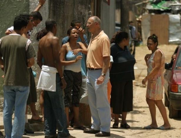 16.ago.2012 - O senador Eduardo Suplicy conversa com a imprensa no local onde o ex-prefeito de Santo André, Celso Daniel, foi sequestrado, no bairro da Vila das Mercês, em São Paulo (SP). Ele conversou com moradores da região, investigando o caso