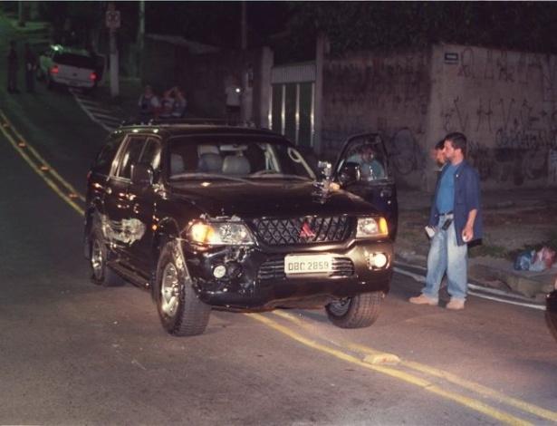 16.ago.2012 - Policiais verificam a Pajero que era dirigido por Celso Daniel na noite do crime. Ele estava acompanhado pelo assessor Sérgio Gomes da Silva, conhecido como Sombra, com quem havia jantado em São Paulo