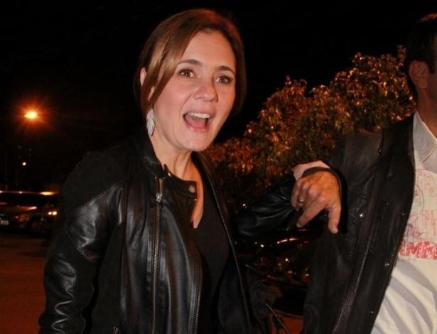 Adriana Esteves vai à festa de aniversário de Marcelo Novaes e Vera Holtz no Clube Parque União Curicica, no Rio de Janeiro (16/8/12)