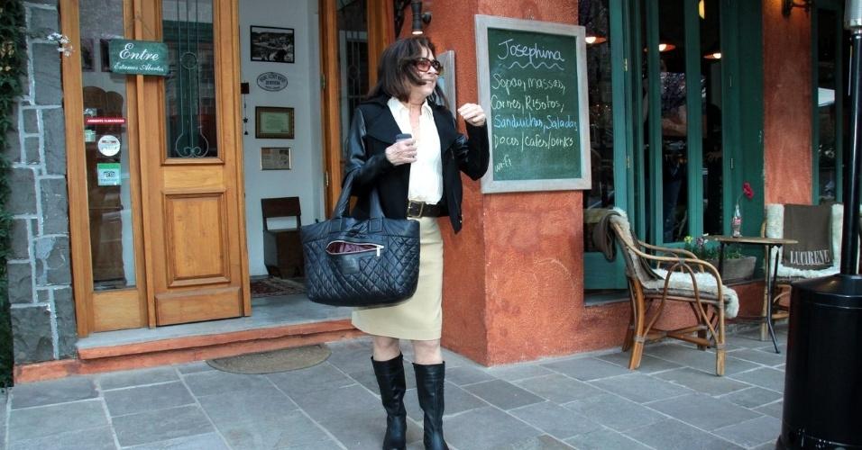 Betty Faria foi fotografada ao deixar um restaurante na cidade de Gramado (16/8/12). A atriz será homenageada no Festival de Cinema de Gramado com o troféu Oscarito