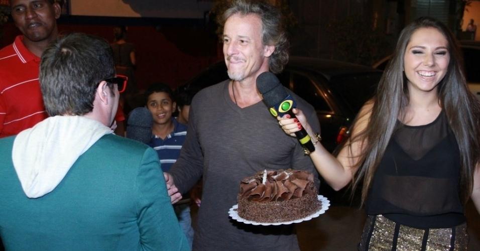 """Em seu aniversário, Marcelo Novaes assopra velas de bolo oferecido pelo """"Pânico"""". Vera Holtz também é aniversariante e ambos comemoraram no Clube Parque União Curicica, no Rio de Janeiro (16/8/12)"""