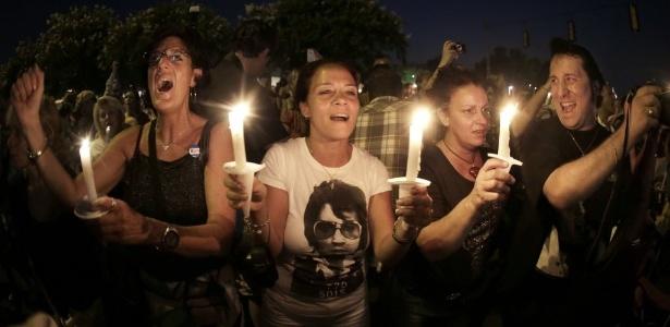 Fãs de Elvis Presley fazem vigília em Memphis, no Tennesse para lembrar o aniversário de 35 anos da morte do cantor (16/8/12)