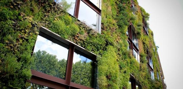 Jardim vertical, criado pelo francês Patrick Blanc, cobre parte da fachada do Musée du quai Branly, em Paris