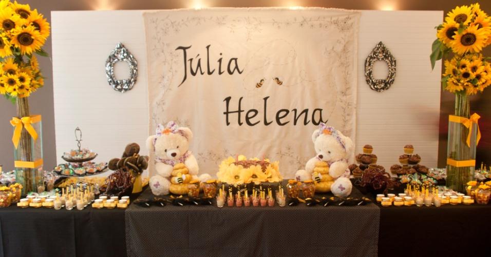 decoracao de aniversario azul e amarelo:Ursos e abelhas servem de base para a decoração da Letícia Alencar