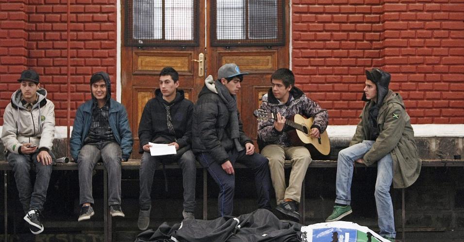 14.ago.2012 - Estudantes chilenos ocupam escola em Santiago. Eles protestam para obter ensino público e de qualidade. Há mais de um ano, alunos têm feito manifestações para pedir mudanças na política educacional do Chile