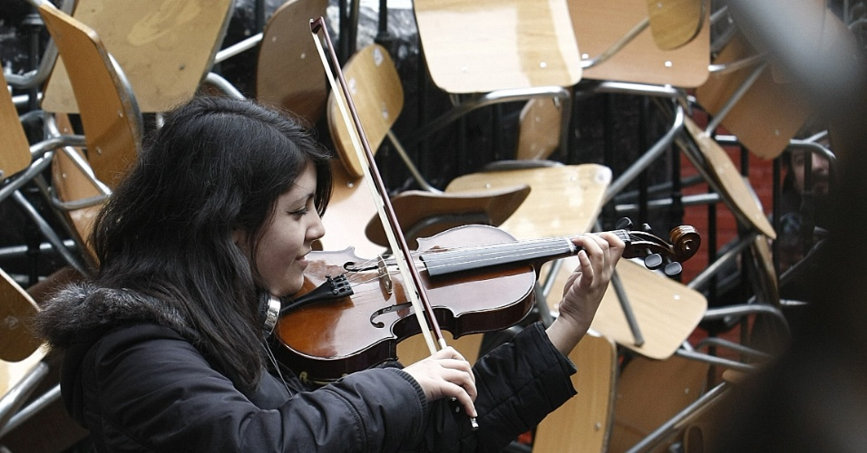 16.ago.2012 - Estudante chilena toca violino durante ocupa&#231;&#227;o de escola em Santiago. Os alunos protestam contra o controle do governo sobre o ensino p&#250;blico do pa&#237;s. H&#225; mais de um ano, alunos t&#234;m feito manifesta&#231;&#245;es para pedir mudan&#231;as na pol&#237;tica educacional do Chile