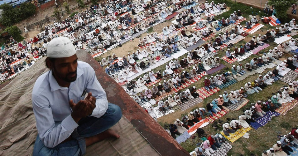 17.ago.2012 - Muçulmanos se reúnem para orar na última sexta-feira do mês sagrado do Ramadã, em Nova Déli, na Índia. Os muçulmanos na Índia se preparam para a festividade de Eid-aç-Fitr, que marca o fim do Ramadã, e será celebrado no país no dia 20 de agosto