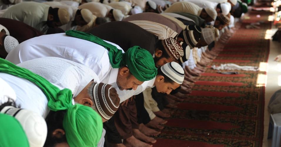 17.ago.2012 - Paquistaneses oram em mesquita na última sexta-feira do Ramadã, mês sagrado e de orações para os muçulmanos