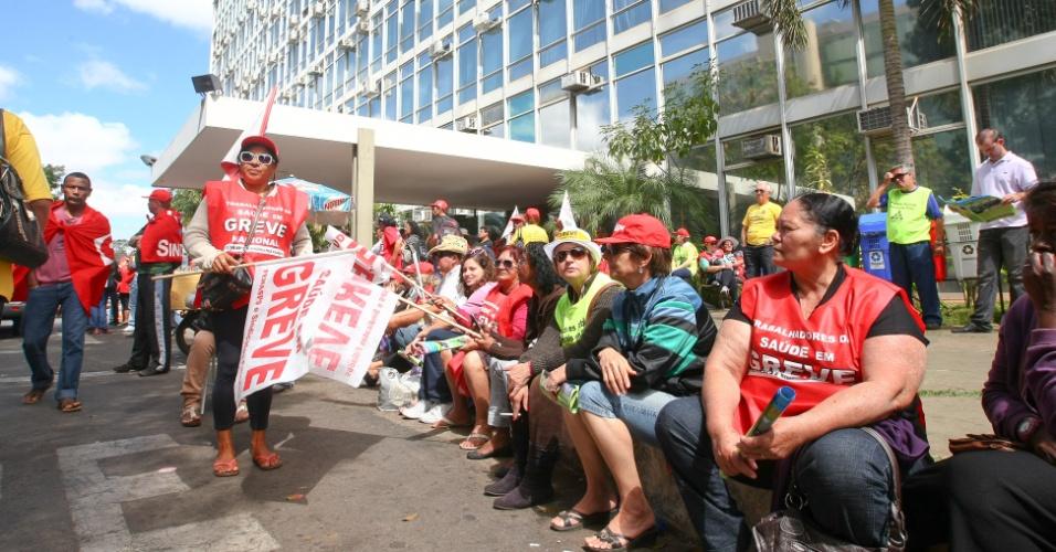 17.ago.2012 - Servidores públicos em greve continuam concentrados em frente ao Ministério do Planejamento, enquanto ocorrem as negociações de seus representantes com o governo