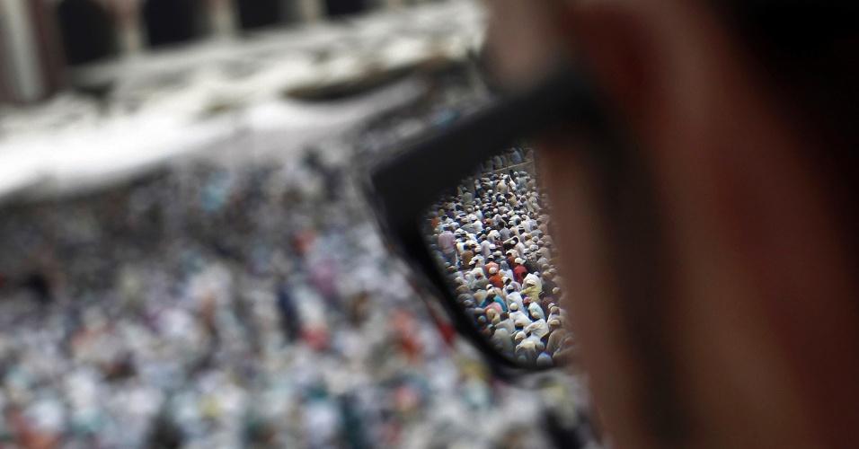 17.ago.2012 - Muçulmanos aparecem através de óculos em Jama Masjid, a Grande Mesquita, em Nova Déli, na Índia, na última sexta-feira do mês sagrado do Ramadã