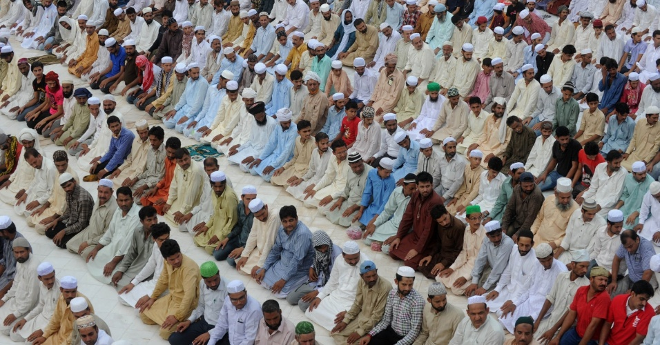 17.ago.2012 - Muçulmanos oram na mesquita Dada Darbar, em Lahore, no Paquistão, na última sexta-feira do mês sagrado do Ramadã