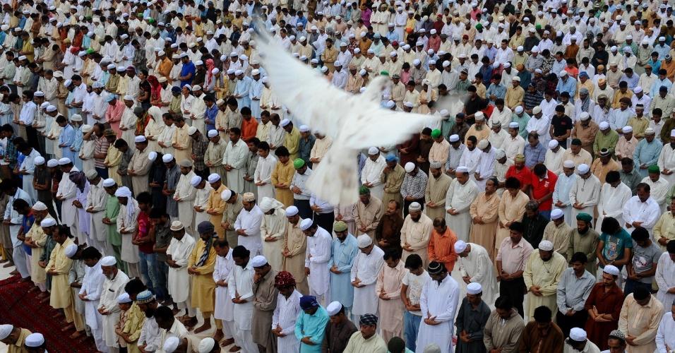 17.ago.2012 - Muçulmanos oram na última sexta-feira do mês sagrado do Ramadã, na mesquita Dada Darbar, em Lahore, no Paquistão