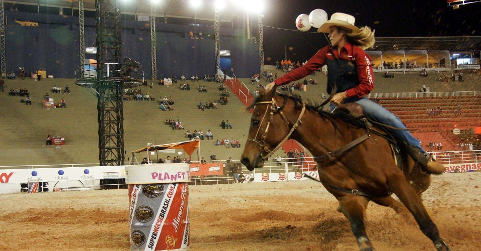 17.ago.2012 - Peã participa da Festa do Peão de Barretos (SP), que teve início na noite de quinta-feira (16)