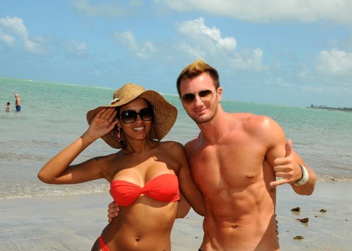 A ex-BBB Ariadna curtiu praia em Maceió, Alagoas (17/8/12). A transexual estava acompanhada do namorado, o italiano Gabriele Benedetti