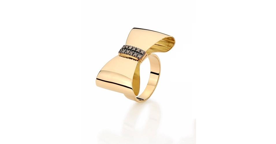 Anel dourado com lacinho; R$ 6.500, na Emar Batalha (www.emarbatalha.com.br). Preço pesquisado em agosto de 2012 e sujeito a alterações
