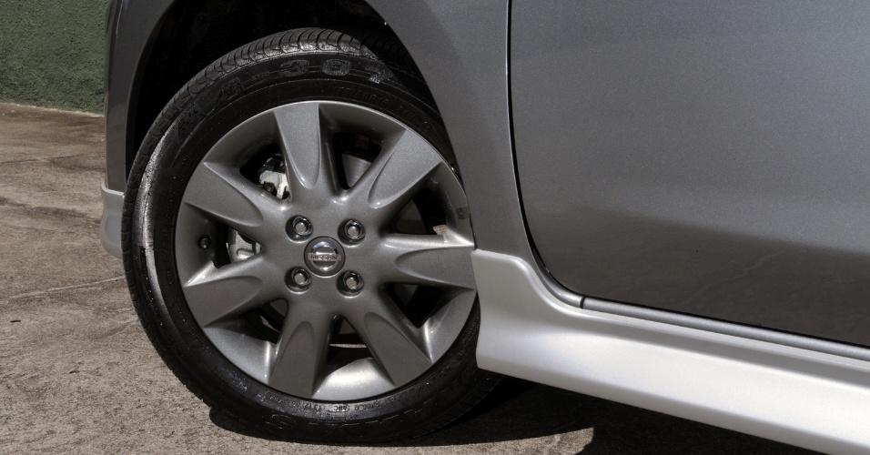 As rodas do March SR, de liga, têm 15 polegadas e são cinzas; os pneus têm a medida 175/60 R15