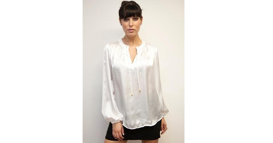 Blusa de cetim branca com elástico nas mangas; R$ 165, na Modapontonet (www.modapontonet.com.br). Preço pesquisado em agosto de 2012 e sujeito a alterações