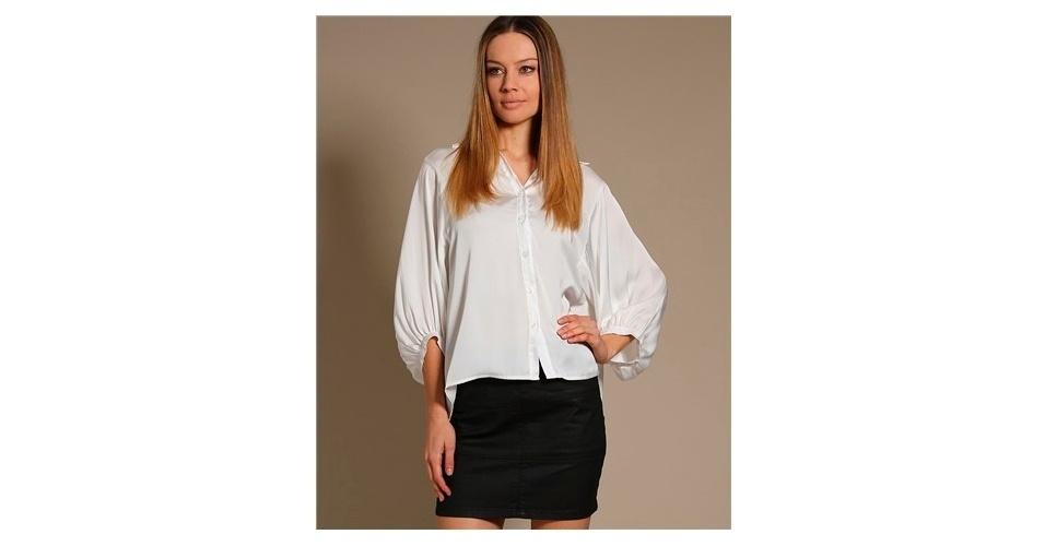 Camisa branca com mangas arredondas; R$ 203,15, da Shop 126, na Claire & Bruce (www.claireandbruce.com.br). Preço pesquisado em agosto de 2012 e sujeito a alterações