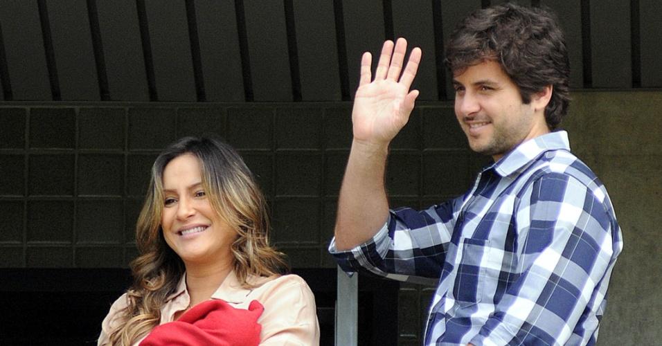 Claudia Leitte e o marido, o empresário Marcio Pedreira, deixam a maternidade com Rafael, em Salvador (17/8/12)