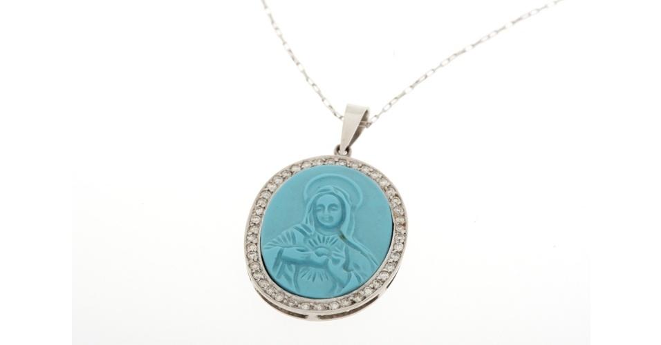 Colar com imagem de Nossa Senhora em azul; R$ 8.250, na Noia Carolina (www.noiacarolina.com.br). Preço pesquisado em agosto de 2012 e sujeito a alterações