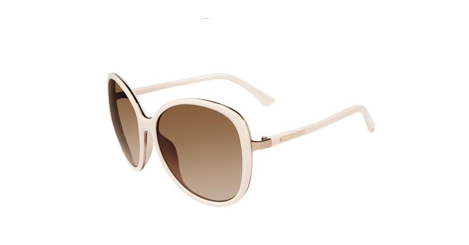 Copie o estilo de Carminha e aposte em um óculos grande branco, como este da Michael Kors, que custa R$ 610 (SAC: 0800 055 4898). Preço pesquisado em agosto de 2012 e sujeito a alterações
