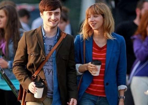Daniel Radcliffe e Zoe Kazan em cena de