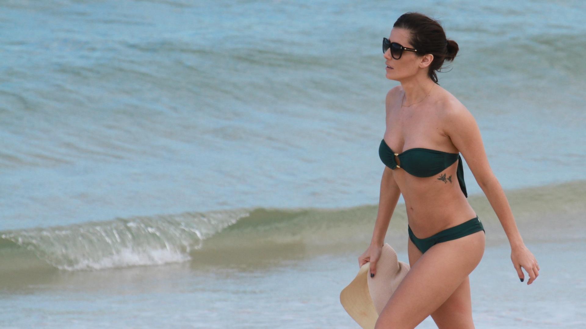 De biquíni tomara que caia, Deborah Secco curtiu praia na Barra da Tijuca, zona oeste do Rio (17/8/12)