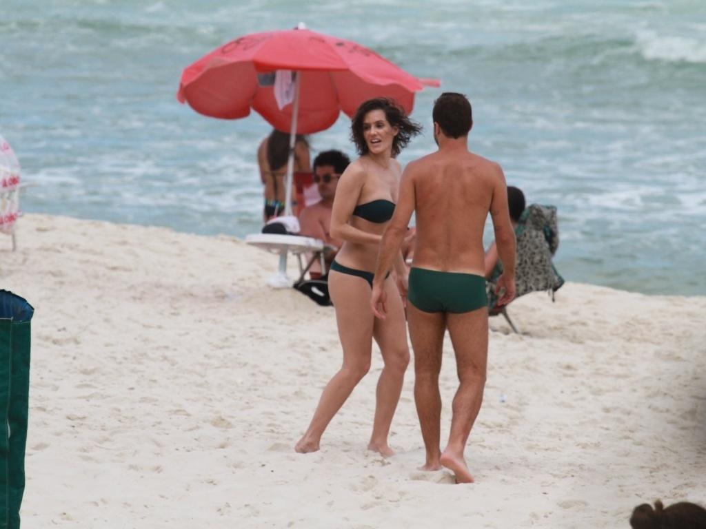 De biquíni tomara que caia, Deborah Secco curtiu praia na Barra da Tijuca, zona oeste do Rio (17/8/12). A atriz estava acompanhada do marido, o jogador de futebol Roger Flores