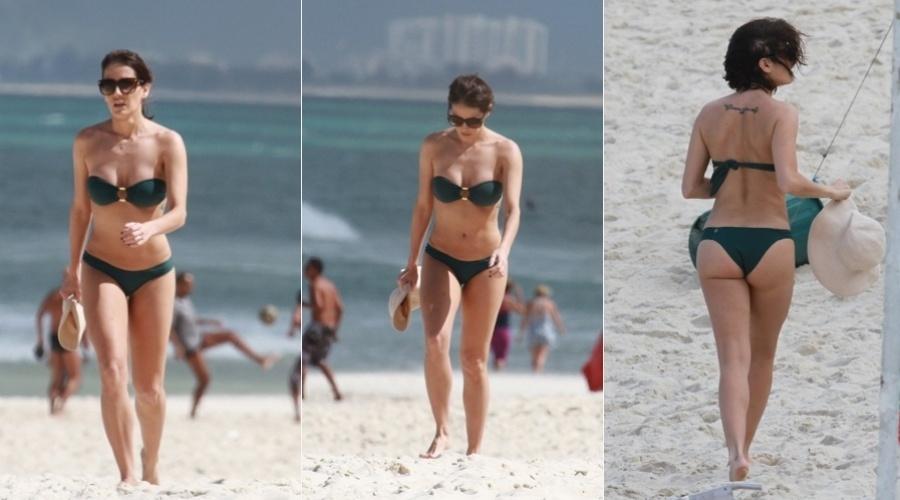 Deborah Secco curtiu praia na Barra da Tijuca, zona oeste do Rio (17/8/12)