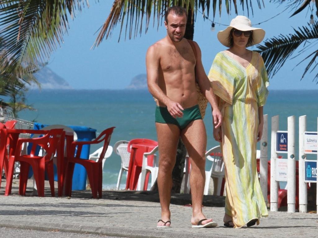 Deborah Secco e Roger Flores deixam a praia, no Rio (17/8/12)