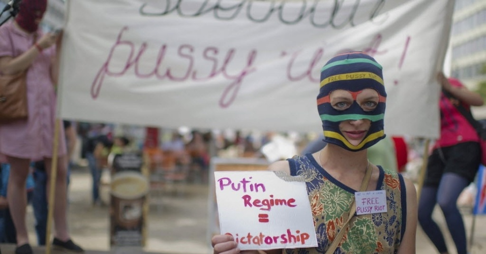 Em Berlim, mulher protesta contra priso das garotas do Pussy Riot (17/8/12)