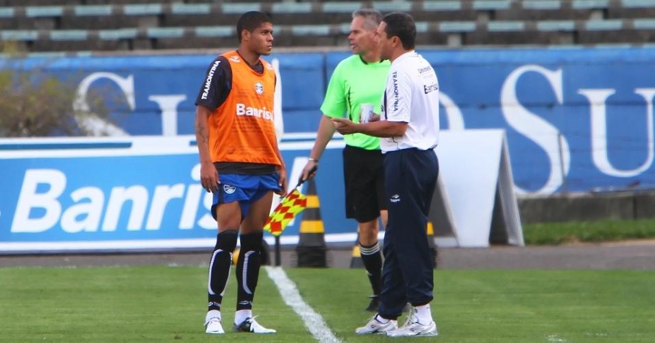 Leandro recebe orientações de Vanderlei Luxemburgo em treino do Grêmio (17/08/2012)