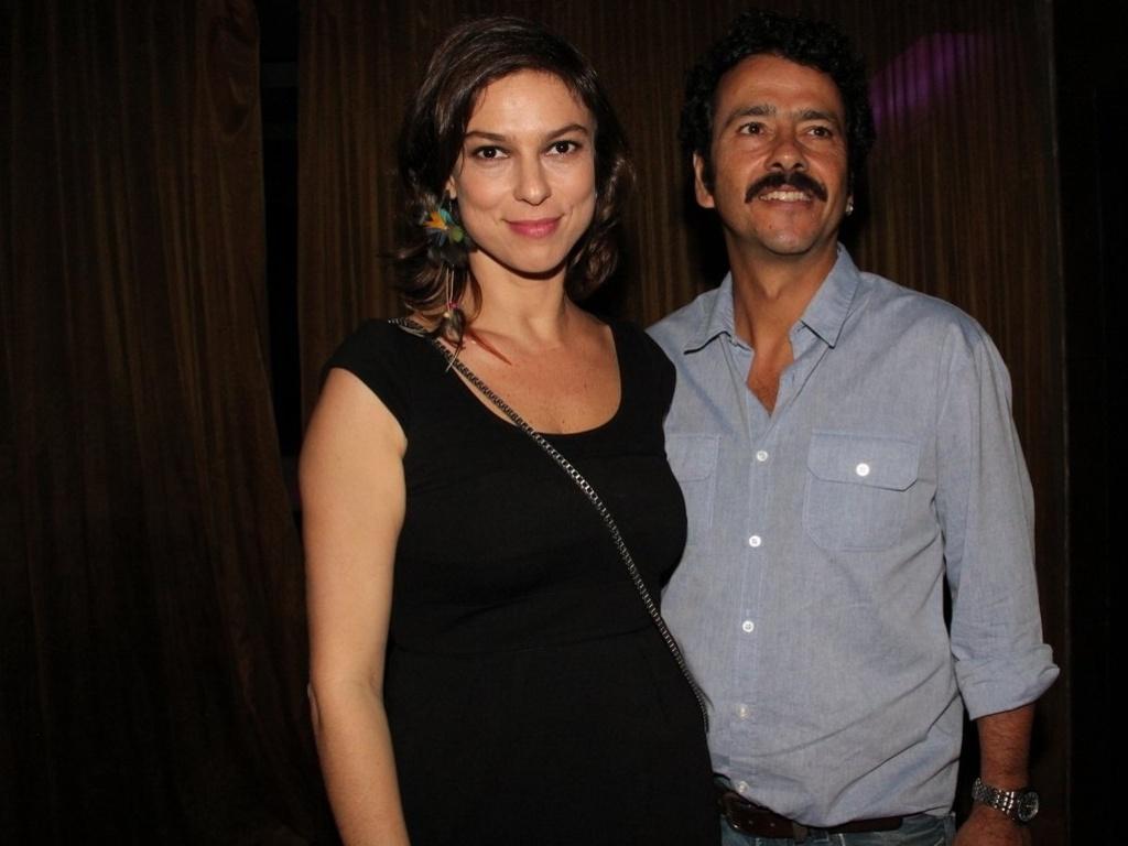 Marcos Palmeira e Maria Paula posam abraçados em festa (16/8/12)