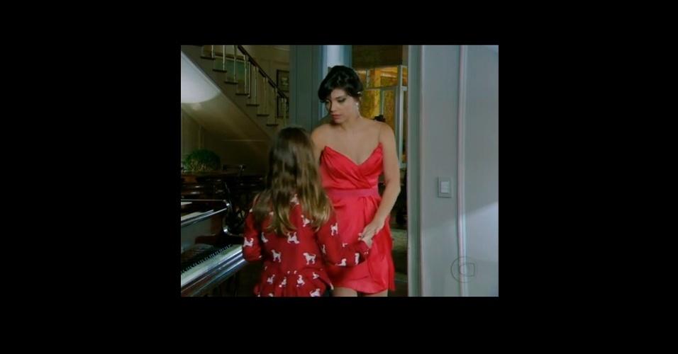 """Miriam (Letícia Persiles), da novela """"Amor Eterno Amor"""" usou um vestido coral de alcinha que também esteve no topo da lista de itens mais pedidos pelo público da Globo. O modelo drapeado é da marca Barbara Bela"""