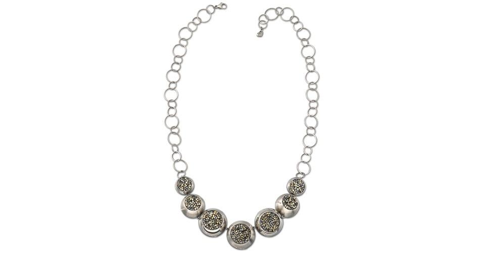 O colar usado por Alexia (Carolina Ferraz) é da Swarovski e custa R$ 618 (www.swarovski.com). Preço pesquisado em agosto de 2012 e sujeito a alterações