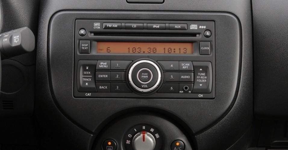 O console central tem formato bem resolvido e o rádio, agora com função Bluetooth, tem fácil leitura