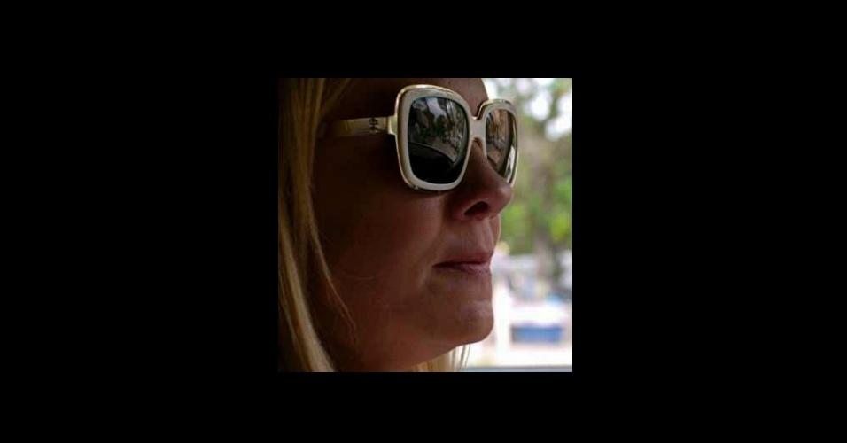 """O óculos escuro branco com dourado da vilã Carminha (Adriana Esteves), de """"Avenida Brasil"""" foi o segundo colocado na lista de acessórios mais pedidos da Globo. O modelo é da coleção de Isabelo Capeto para Chilli Beans"""