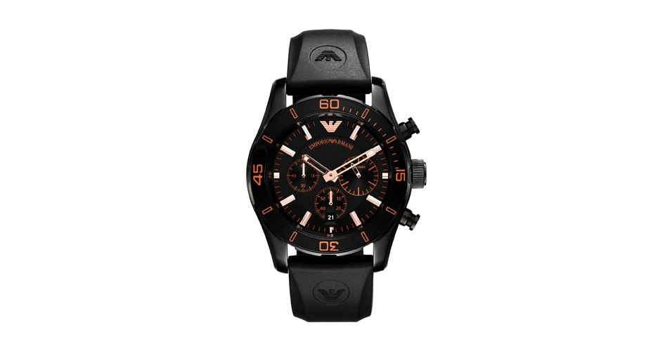 O relógio preto de Jorginho (Cauã Reymond) é da Emporio Armani e custava R$ 1.850, porém já está esgotado tanto no Brasil, como no exterior