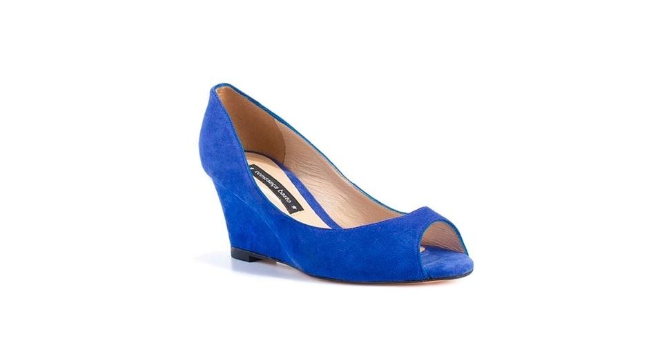 O sapato azul de Fátima Bernardes é da marca Constança Basto. O modelo é de camurça com salto anabela médio e custa R$ 399 (www.constançabasto.com.br). Preço pesquisado em agosto de 2012 e sujeito a alterações