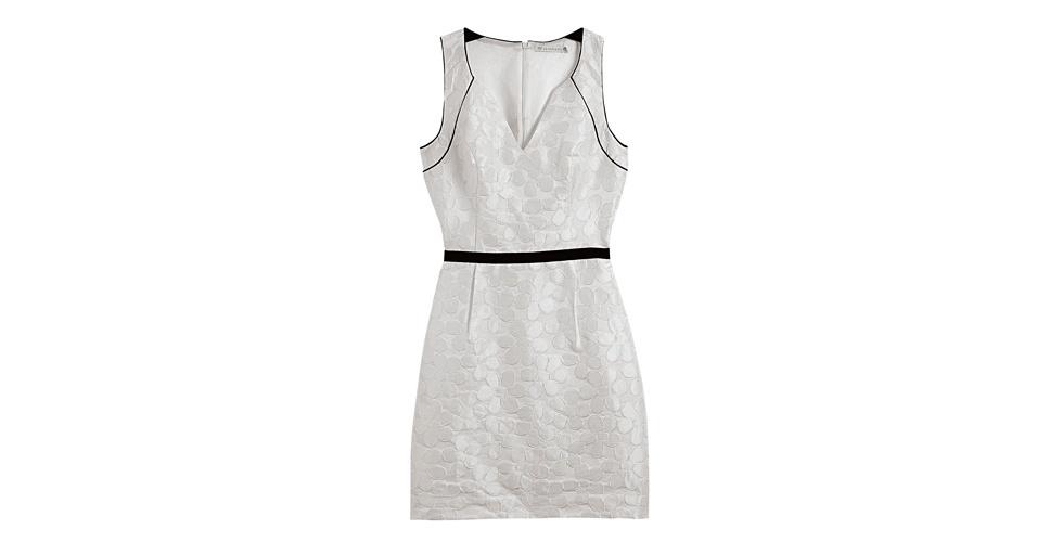 O vestido branco de renda acinturado com modelagem próxima ao corpo de Carminha (Adriana Esteves) pode ser substituído por esse modelo da Le Lis Blanc, que custa R$ 429,50 (www.lelis.com.br). Preço pesquisado em agosto de 2012 e sujeito a alterações