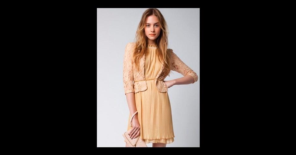 O vestido dourado plissado usado por Cida (Isabelle Drummond) é da Lez a Lez e custa R$ 275 (www.lezalez.com.br). Preço pesquisado em agosto de 2012 e sujeito a alterações