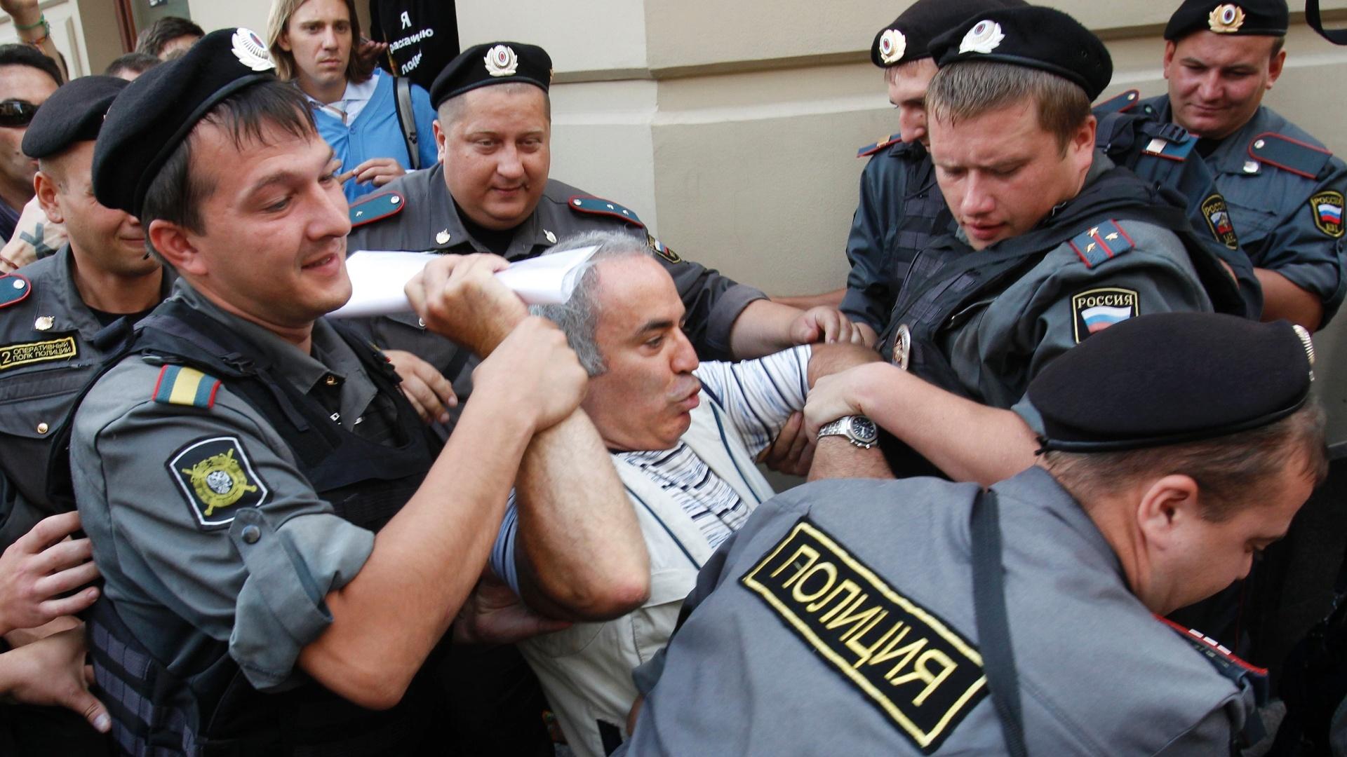Polícia russa detém o enxadrista Garry Kasparov, ex-campeão mundial e líder da oposição ao governo russo, durante protesto em frente ao tribunal em Moscou onde a banda punk Pussy Riot foi condenada por vandalismo e sentenciadas a dois anos de prisão (17/8/2012)