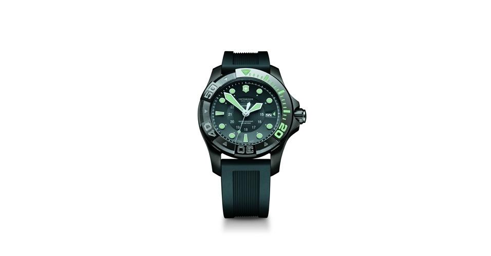 Relógio preto com verde; R$ 4.486, na Victorinox (www.victorinox.com.br). Preço pesquisado em agosto de 2012 e sujeito a alterações