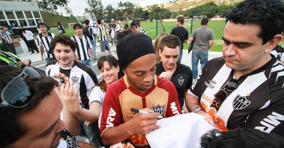 Ronaldinho concede autógrafos a torcedores do Atlético-MG na Cidade do Galo (17/8/2012)