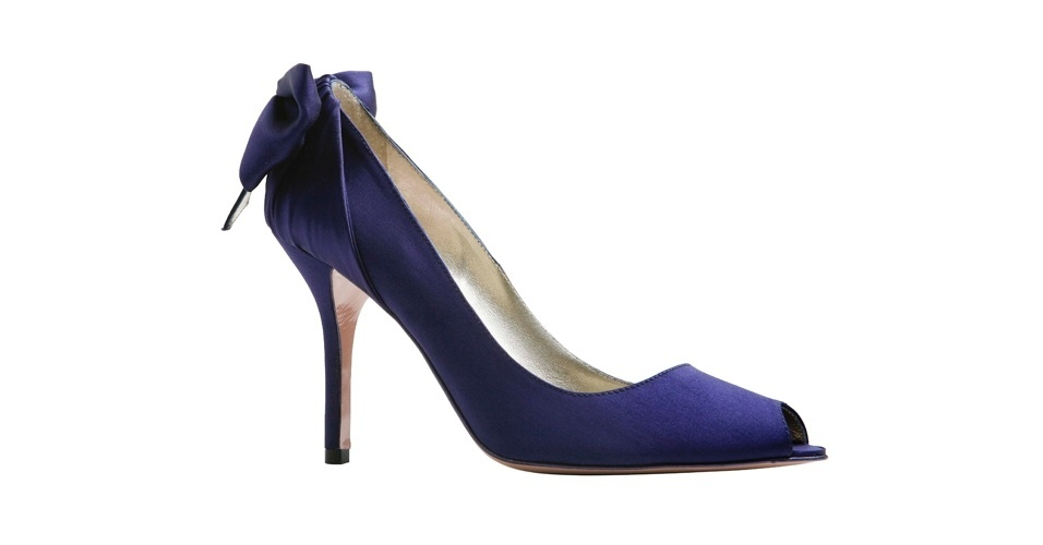 Sapato azul peep toe com laço atrás; R$ 758, na Zeferino (www.zeferino.com.br). Preço pesquisado em agosto de 2012 e sujeito a alterações