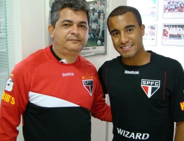 Técnico Ney Franco e Lucas posam para foto no CT do São Paulo